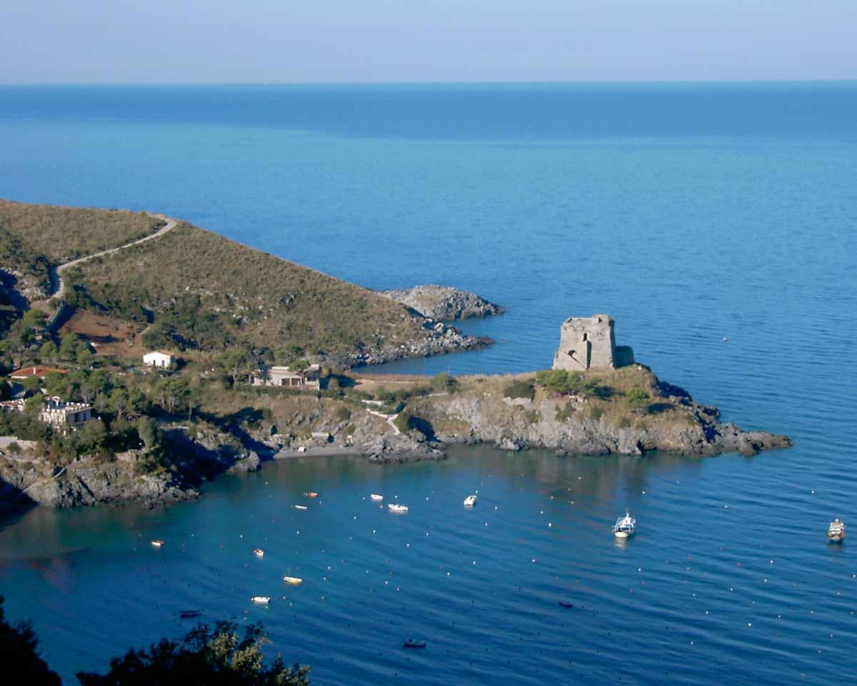Tre regioni - Calabria, Basilicata e Campania - contribuiscono alla bellezza poliedrica del Golfo di Policastro.