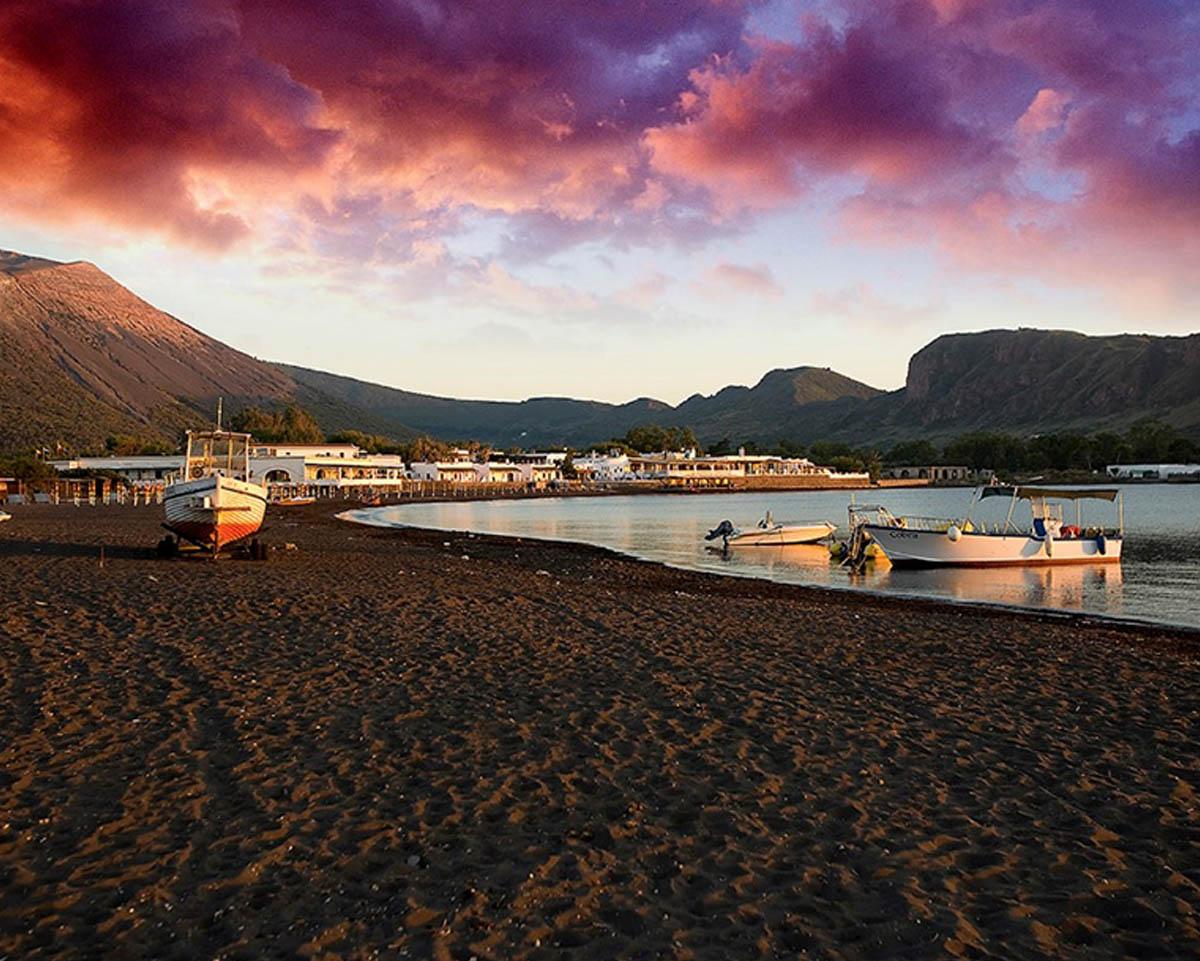 Noleggia il tuo yacht di lusso e scopri l'itinerario da Tropea a Vulcano. Con Yacht Rent esplora le meraviglie del Mediterraneo